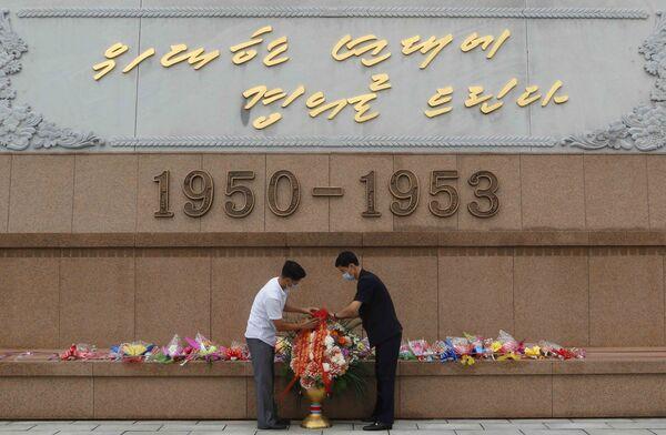 Posa dei fiori in occasione del 67° anniversario dell'Armistizio di Panmunjeom. - Sputnik Italia