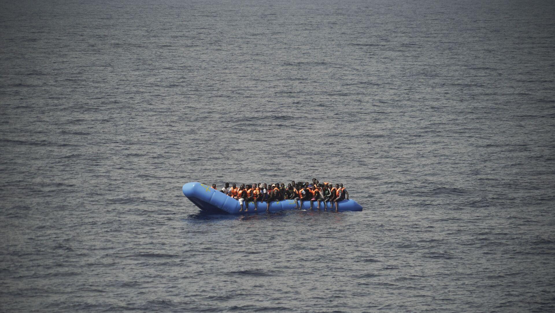 Migranti su una barca - Sputnik Italia, 1920, 27.02.2021