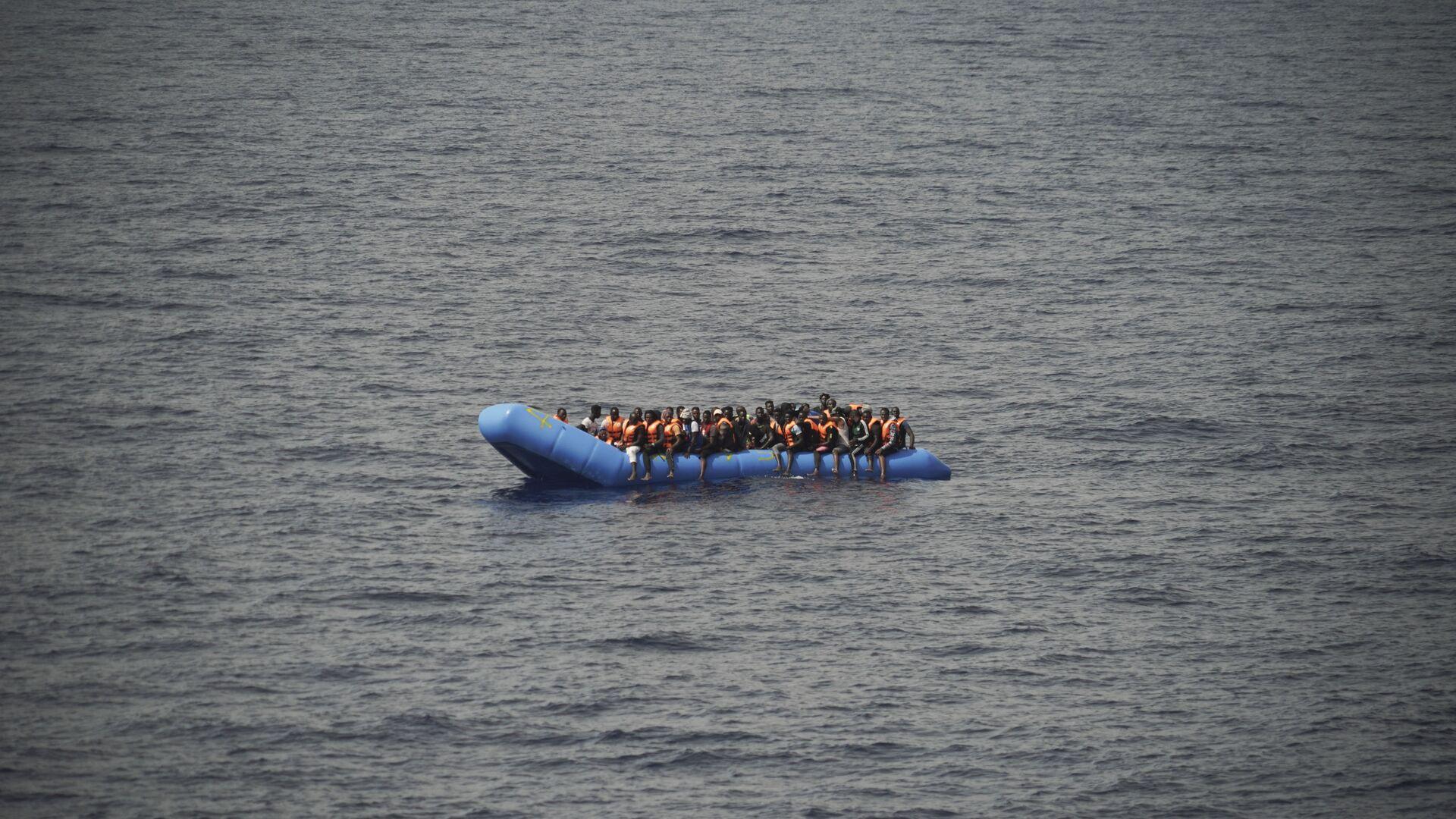 Migranti su una barca - Sputnik Italia, 1920, 14.08.2021