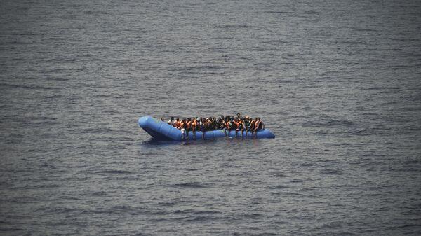 Migranti su una barca - Sputnik Italia