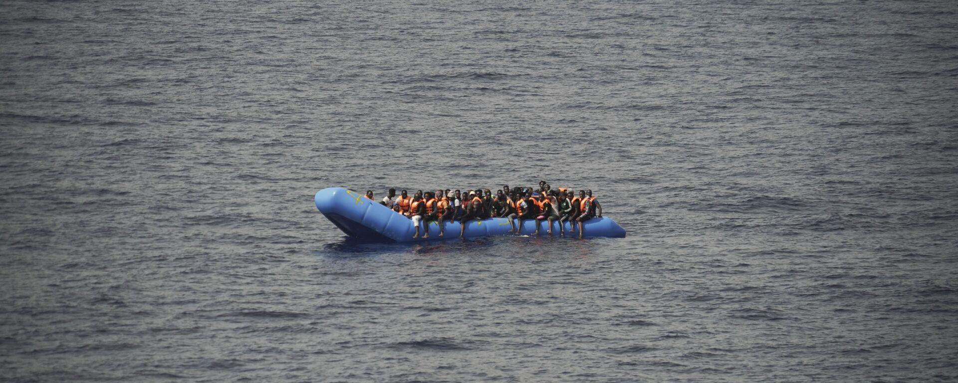 Migranti su una barca - Sputnik Italia, 1920, 07.07.2021