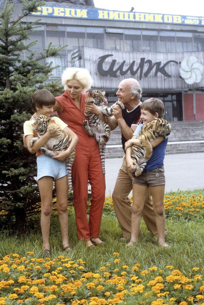 La famiglia Zapashny con i cuccioli di tigre vicino all'edificio del Circo statale di Novokuznetsk, Russia