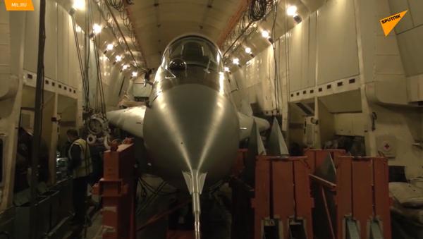 Un caccia MiG-29 all'interno dell'aereo militare da trasporto russo An-22 - Sputnik Italia