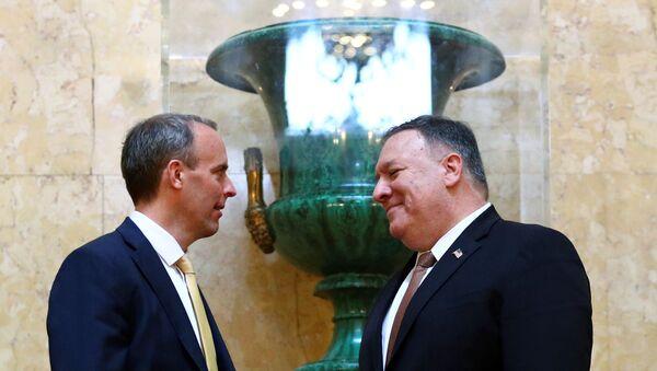 Il segretario agli Esteri britannico Dominic Raab stringe la mano al segretario di Stato americano Mike Pompeo, a destra, a Londra, mercoledì 29 gennaio 2020. - Sputnik Italia