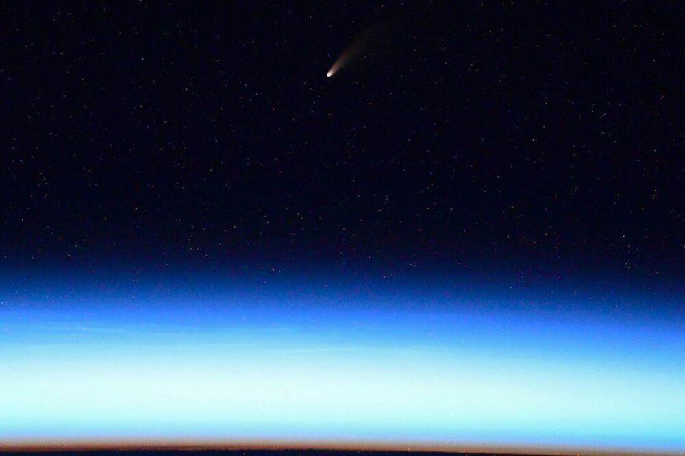 La cometa C/2020 F3 (NEOWISE) sopra la Terra