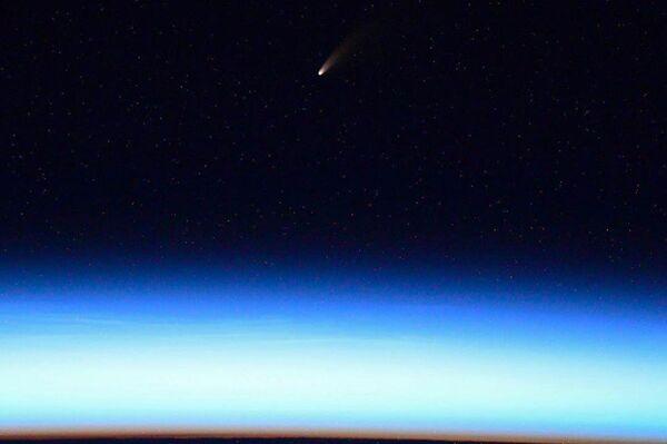 La cometa C/2020 F3 (NEOWISE) sopra la Terra - Sputnik Italia