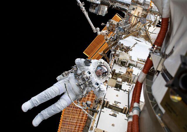 L'astronauta della NASA Christopher Cassidy nello spazio aperto