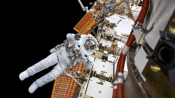 L'astronauta della NASA Christopher Cassidy nello spazio aperto - Sputnik Italia