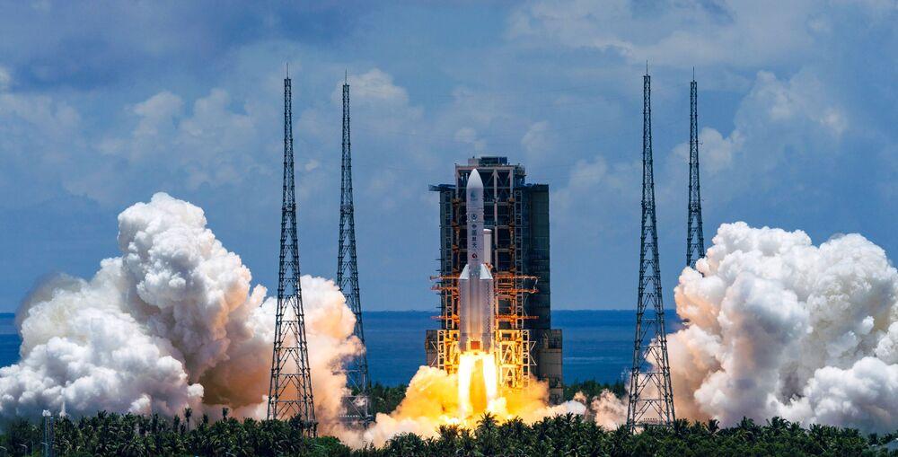 Il lanciatore spaziale cinese Changzheng-5 con il rover cinese Tianwen-1 partono alla volta di Marte dal Cosmodromo di Wenchang, Cina