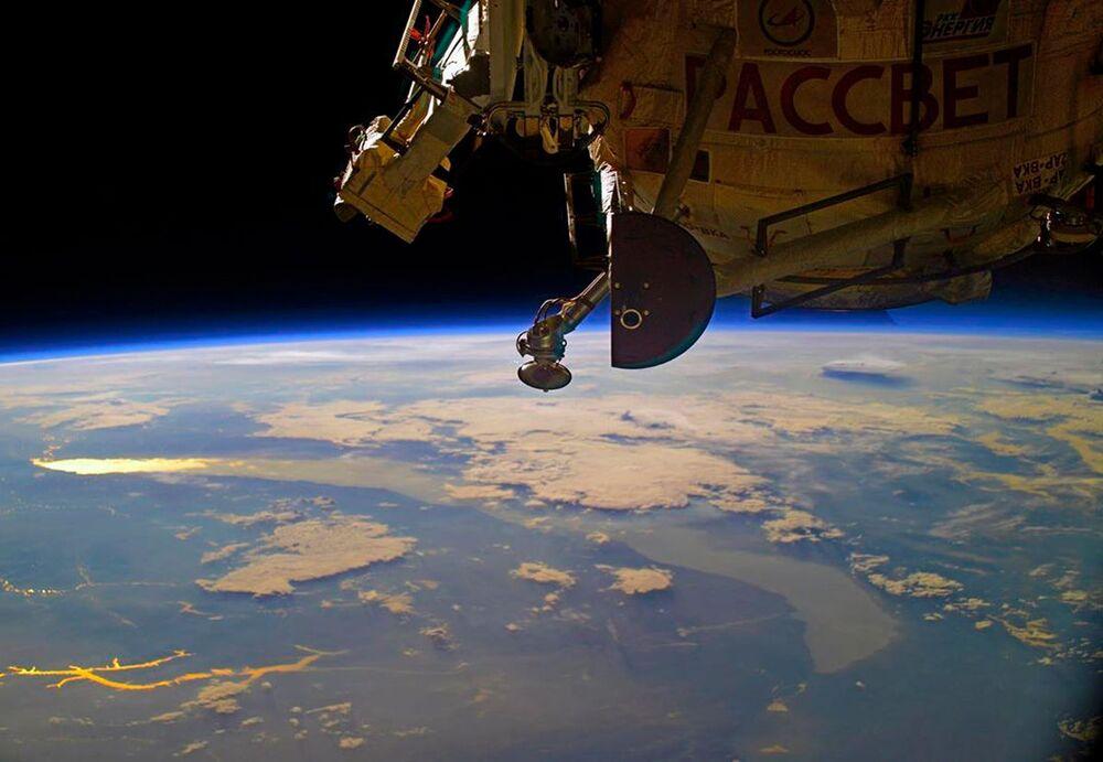 L'alba sopra il lago di Baikal vista dalla Stazione Spaziale Internazionale
