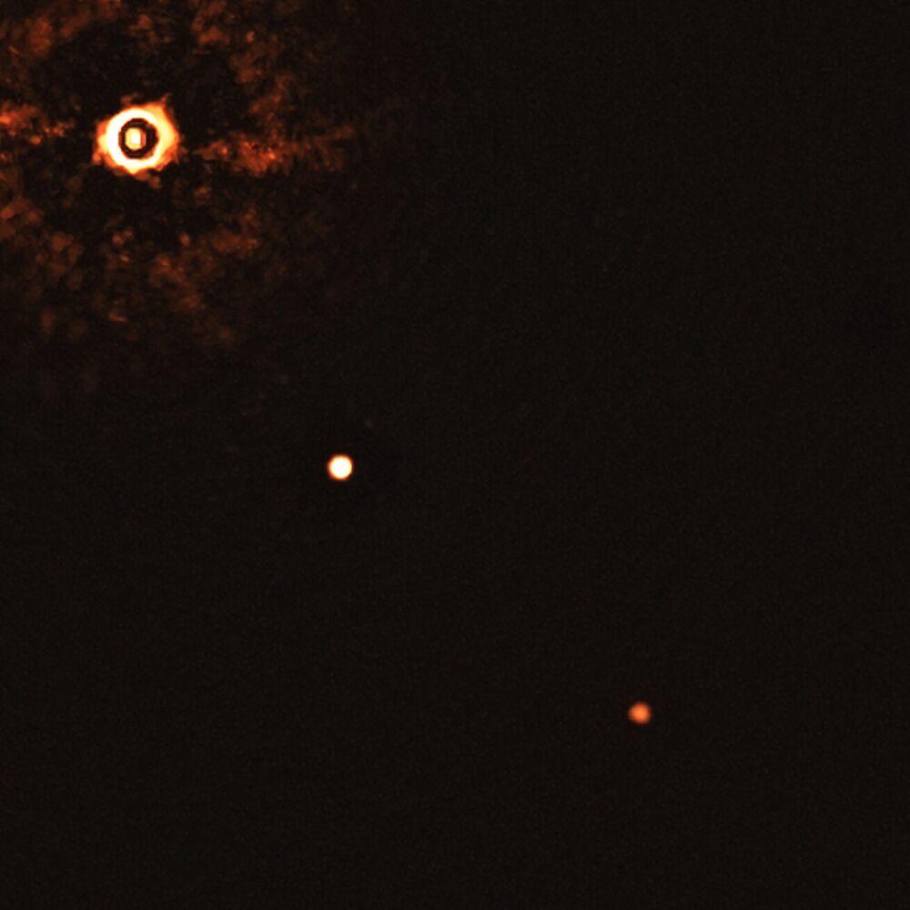 Una stella simile al sole TYC 8998-760-1 accompagnata da due esopianeti giganti TYC 8998-760-1b e TYC 8998-760-1c
