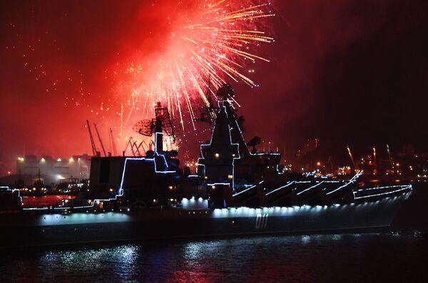 Fuochi d'artificio a Vladivostok in onore del Giorno della Marina militare russa - Sputnik Italia