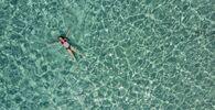 Una ragazza nel mare al largo dell'isola di Chrysi vicino a Creta, in Grecia