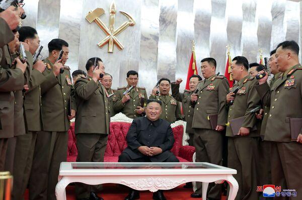 Il leader nordcoreano Kim Jong-un partecipa a una cerimonia per conferire pistole commemorative Paektusan ai principali comandanti delle forze armate in occasione del 67° anniversario del cessate il fuoco della guerra di Corea, Pyongyang - Sputnik Italia