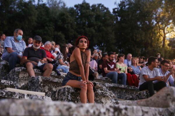 La gente aspetta l'inizio dello spettacolo presso l'antico anfiteatro di Epidauro, in Grecia, il 24 luglio 2020 - Sputnik Italia