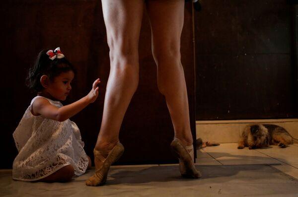 La ballerina messicana Abigail Miranda, membro della compagnia di danza classica Ballet de Monterrey, dove alcuni ballerini sono stati licenziati a causa della mancanza di risorse economiche causate dall'epidemia di coronavirus (COVID-19), prende parte a un corso di formazione online, Messico, l'11 giugno 2020 - Sputnik Italia