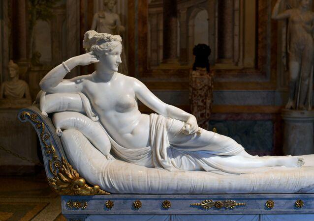 Paolina Borghese come Venere vincitrice è una scultura neoclassica di Antonio Canova, eseguita tra il 1804 e il 1808 ed esposta alla Galleria Borghese di Roma