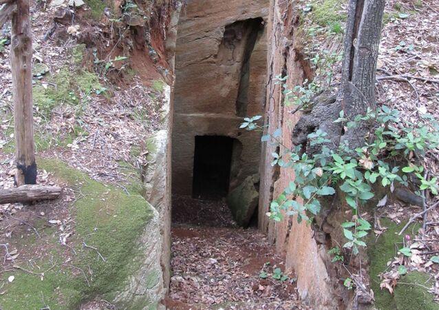 Tomba estrusca a camera scavata nel tufo situata nella Necropoli delle Grotte nel Parco Archeologico di Baratti e Populonia