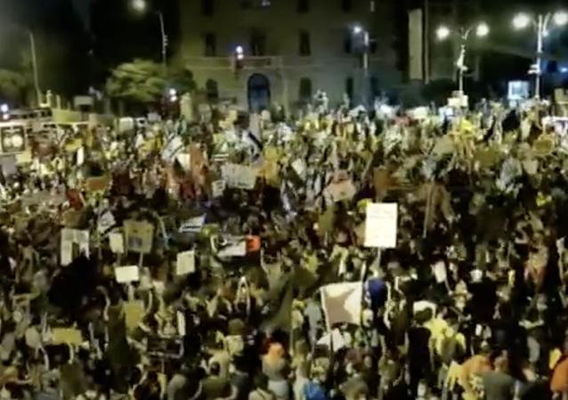 Gerusalemme, protesta di massa contro il premier israeliano Netanyahu.