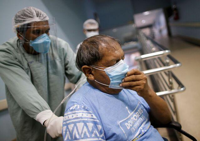 Un paciente con COVID-19 en un hospital de Goiania, Brasil