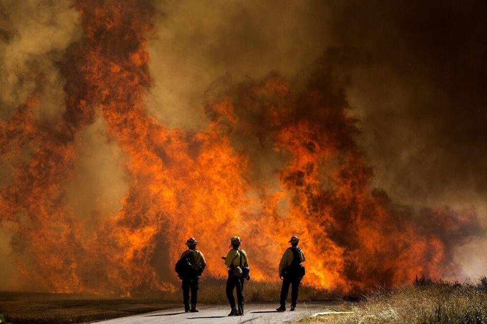 California, i vigili del fuoco contro un vasto incendio boschivo nel sud dello Stato