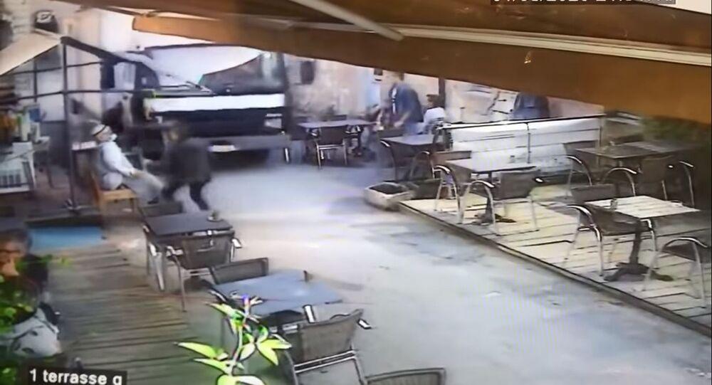 Un camion travolge la terrazza di un ristorante nella Gironda - Francia
