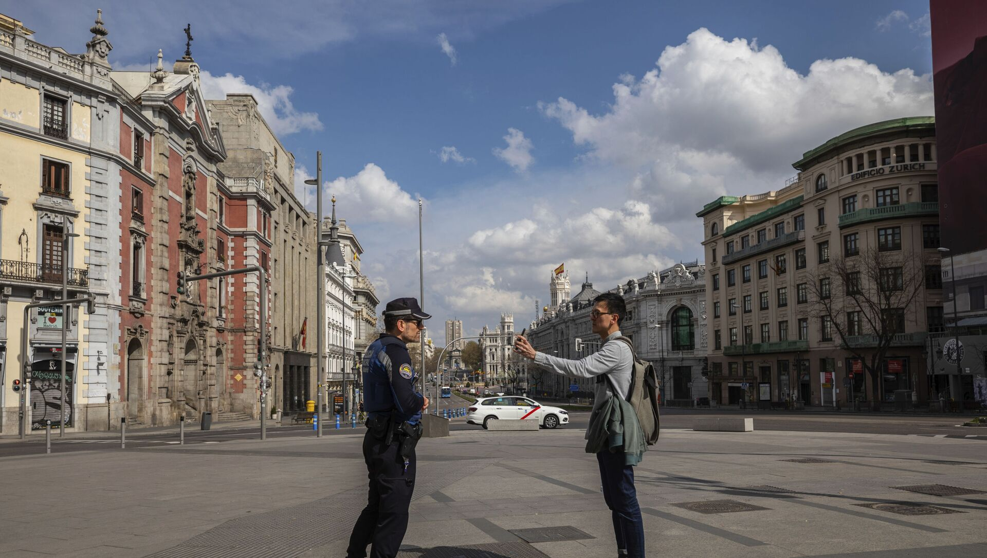 A tourist shows the location of his hotel to a local police in downtown Madrid, Spain, Sunday, March 15, 2020. Spain awoke to its first day of a nationwide quarantine on Sunday after the government declared a two-week state of emergency. The government imposed the special measures including the confinement of people to their homes unless shopping for food and medicine, going to and from work, and to meet other basic needs. The vast majority of people recover from the new coronavirus. According to the World Health Organization, most people recover in about two to six weeks, depending on the severity of the illness. - Sputnik Italia, 1920, 07.05.2021