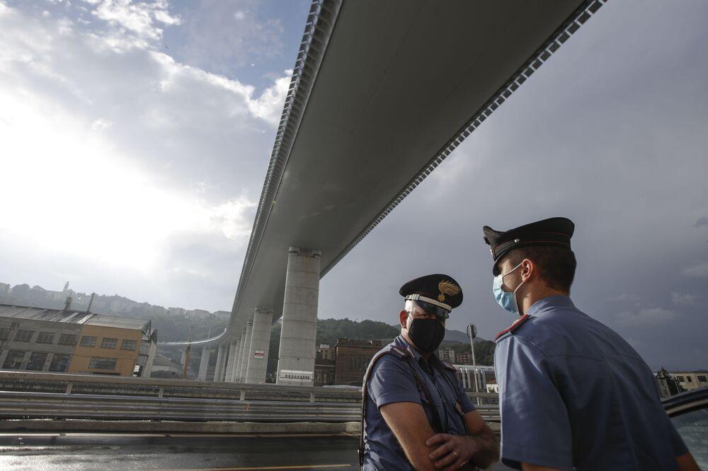 Dei carabinieri sotto il nuovo ponte di Genova San Giorgio.