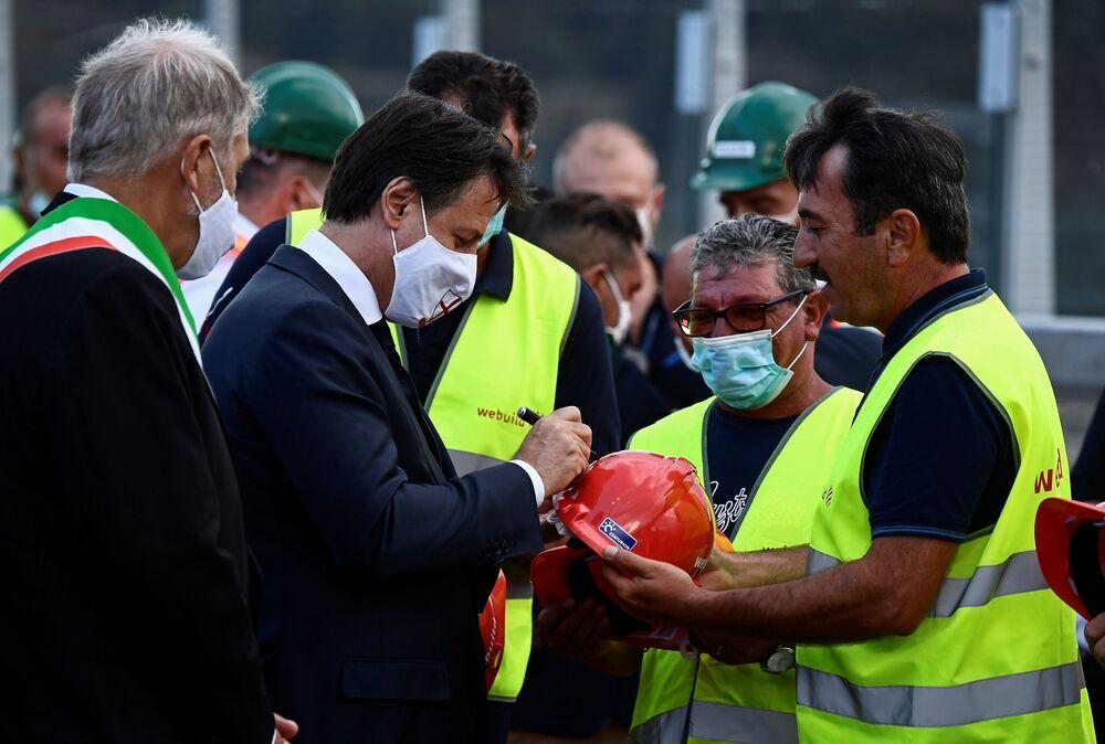 Il primo ministro Giuseppe Conte all'inaugurazione del nuovo ponte di Genova San Giorgio.