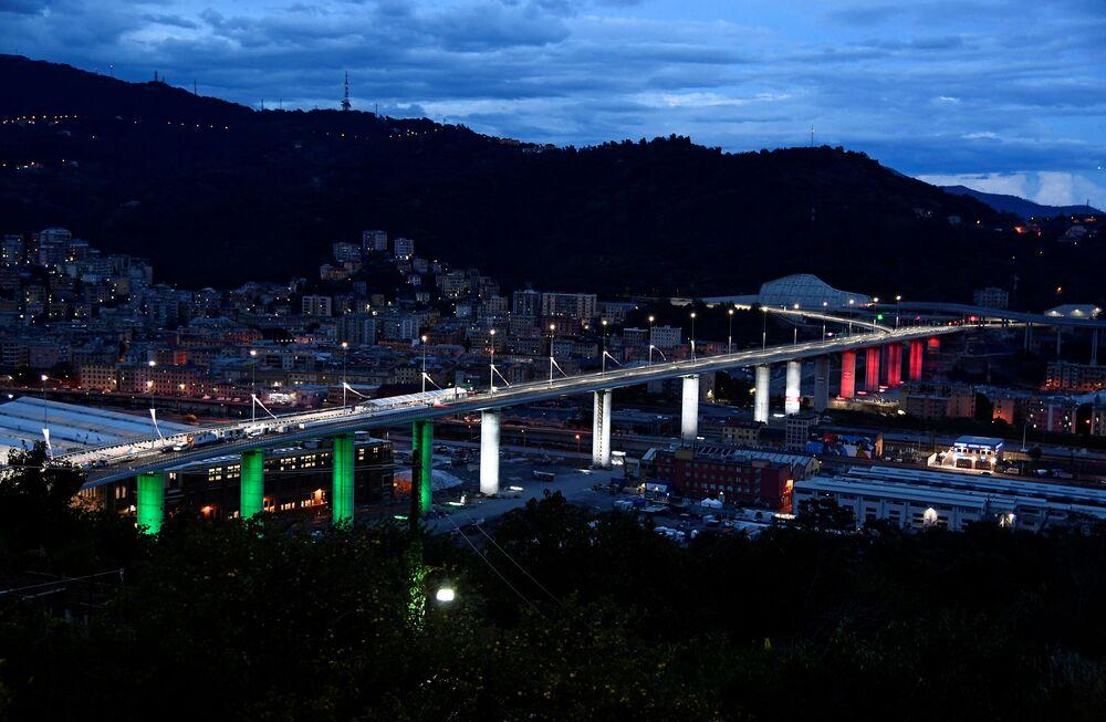 Il nuovo ponte di Genova illuminato