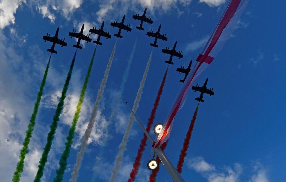 La parata aerea delle Frecce Tricolori sopra il nuovo ponte di Genova San Giorgio.