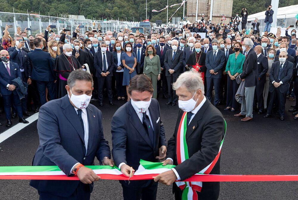 Il primo ministro Giuseppe Conte, il sindaco di Genova Marco Bucci e il capo della Liguria Giovanni Toti durante la cerimonia dell'inaugurazione del nuovo ponte di Genova San Giorgio.