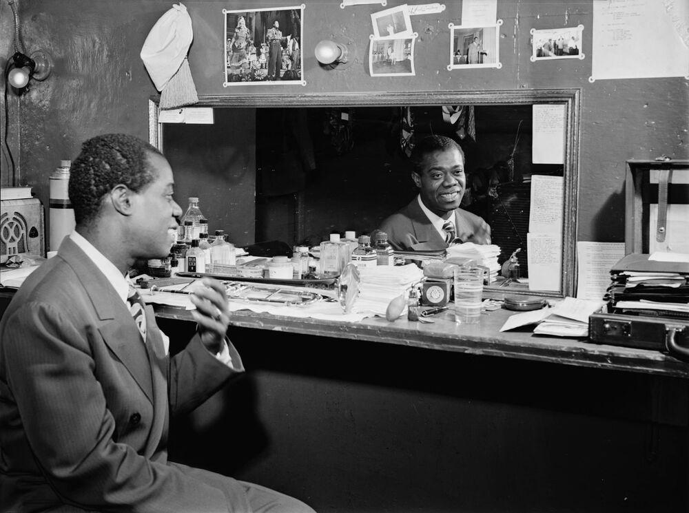 Il musicista Louis Armstrong nel camerino di un jazz club a New York, 1946.