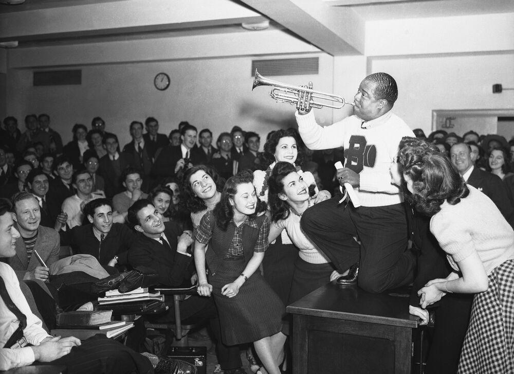Il musicista Louis Armstrong si esibisce al Brooklyn College di New York, 1941.
