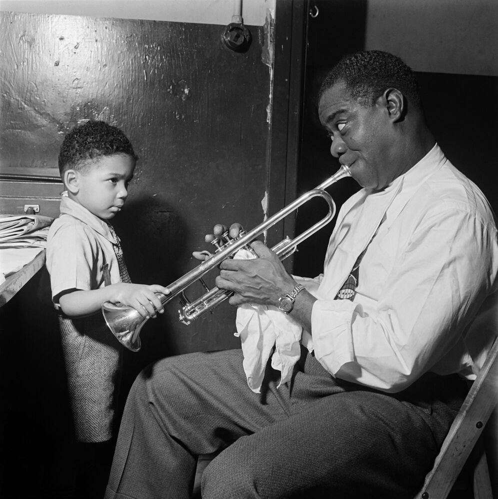 Il musicista Louis Armstrong nel suo camerino prima dell'inizio dello show, 1950.