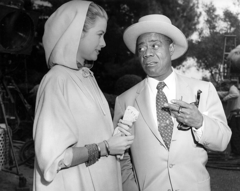 L'attrice Grace Kelly e Louis Armstrong durante le riprese a Los Angeles, 1956.