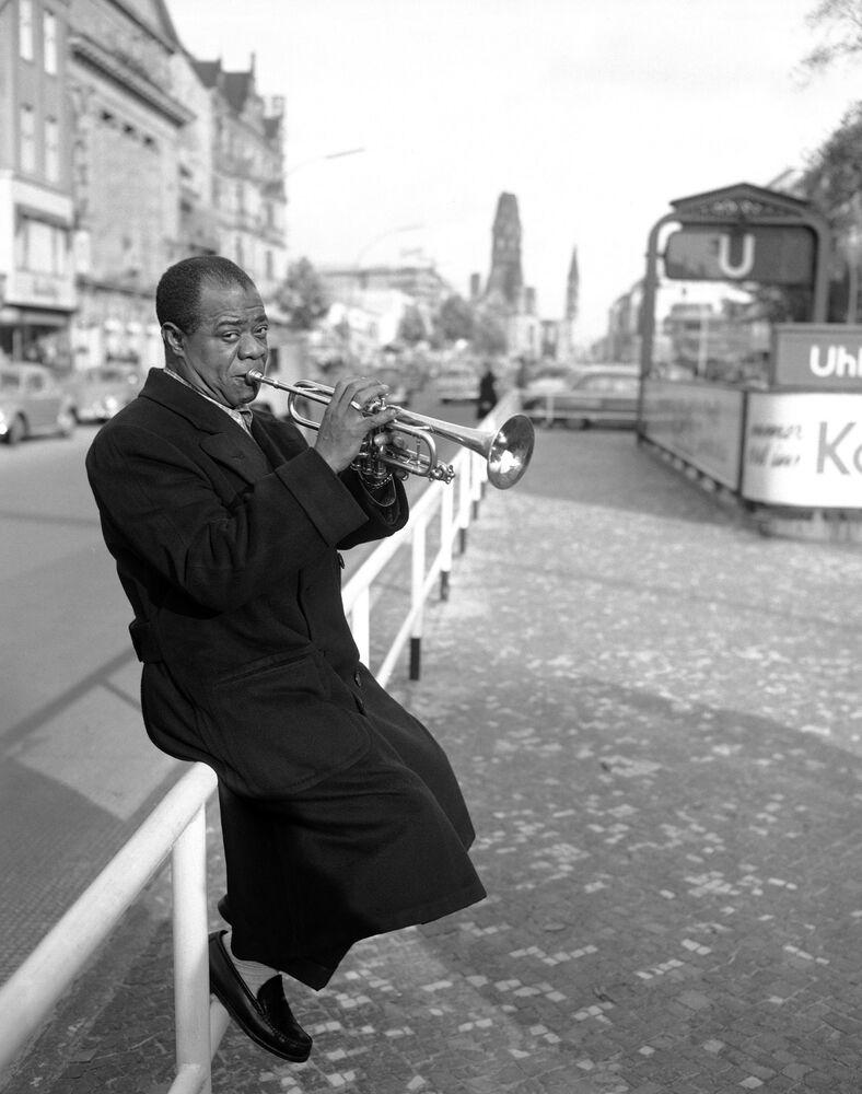Il musicista Louis Armstrong nella Berlino Est, 1955.