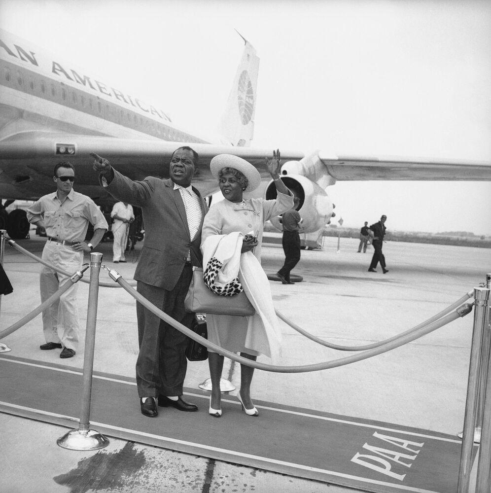 Il musicista Louis Armstrong con la moglie Lucille a Roma, 1963.