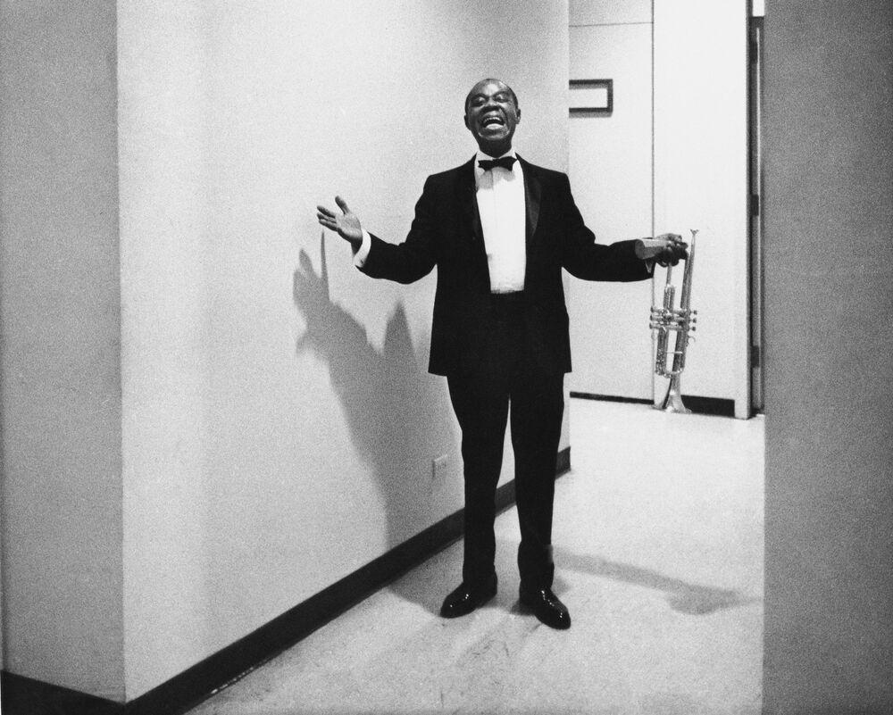 Il musicista Louis Armstrong sta vicino al camerino a Las Vegas, 1970.
