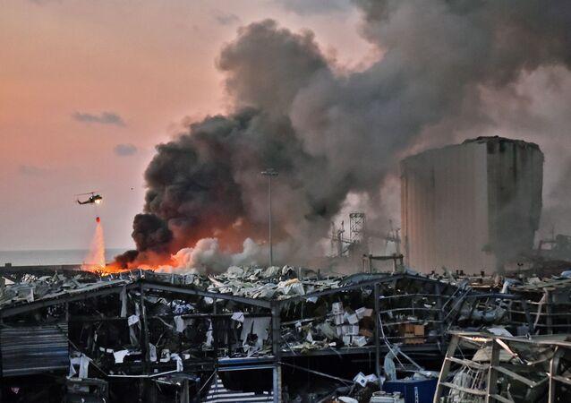 Il rogo dopo l'esplosione a Beirut