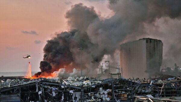 Il rogo dopo l'esplosione a Beirut - Sputnik Italia