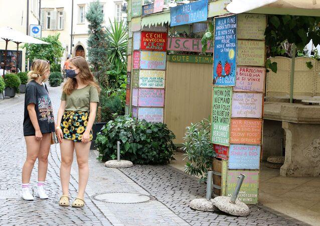 Due giovani ragazze con mascherine, Bolzano