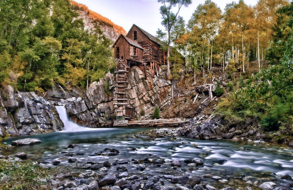 Una casa sopra una cascata in Colorado, USA.