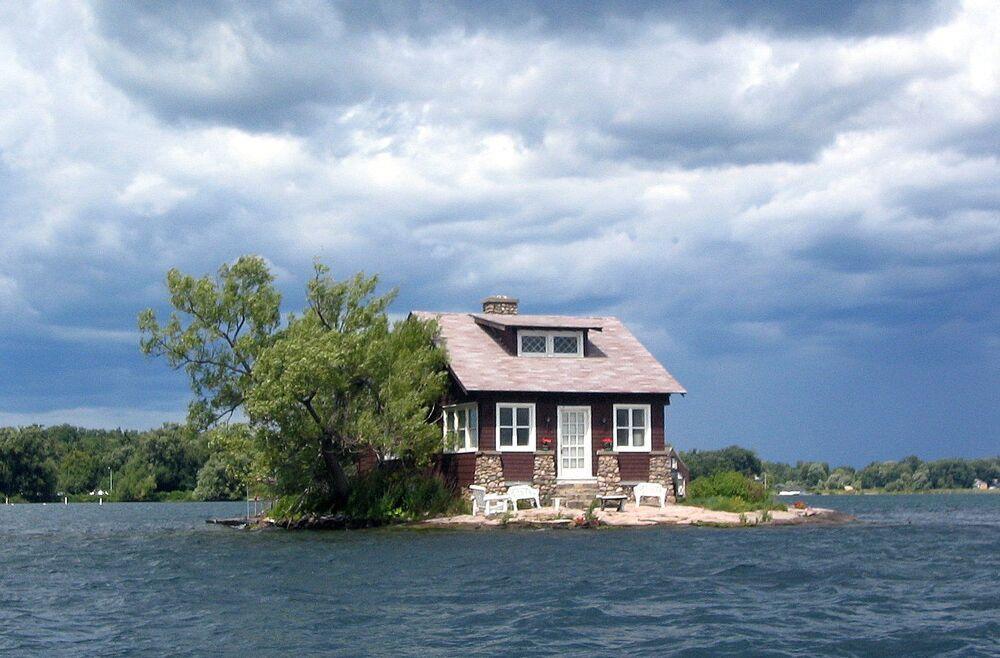 L'isola Just Room Enough con una casa vicino al castello di Boldt, USA.