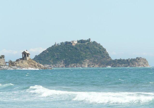 L'isola Gallinara fotografata da Alassio