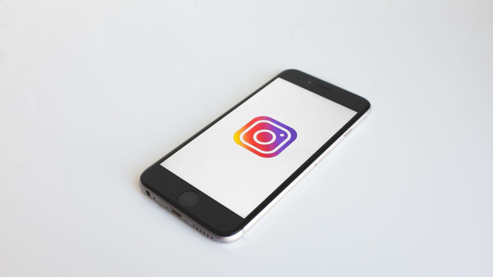 Smartphone con el logo de Instagram - Sputnik Italia, 1920, 01.07.2021