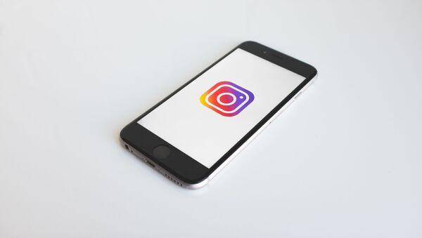 Smartphone con el logo de Instagram - Sputnik Italia