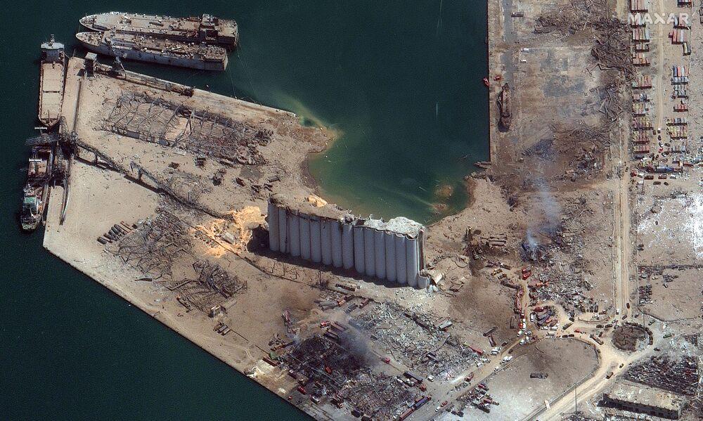 L'immagine di satellite del porto di Beirut prima e dopo l'esplosione (Maxar Technologies).