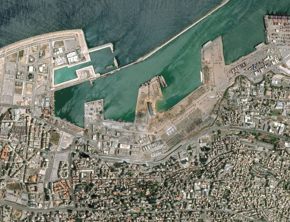 La foto di Cnes 2020 rilasciata il 5 agosto da Airbus DS mostra la vista del porto libanese di Beirut dopo l'esplosione del 4 agosto.