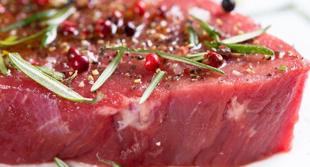 Pezzo di carne cruda (foto d'archivio)